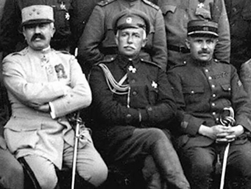В центре — генерал Снесарев. В таком виде он воевал и за красных