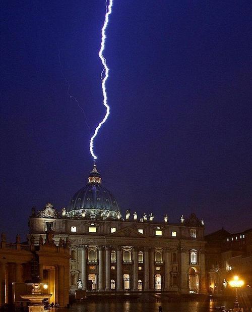 Есть о чем задуматься Бенедикту XVI. После сообщения об отречении папы в купол собора святого Петра в Риме ударила молния. В средние века это сочли бы дурным знаком