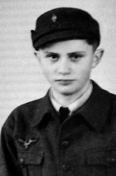 Будущий папа Бенедикт XVI в немецкой форме с гитлеровским орлом служил зенитчиком