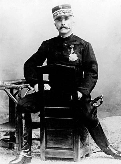 Генерал Галифе. И штаны нового типа изобрел, и Парижскую коммуну подавил. Жизнь удалась!