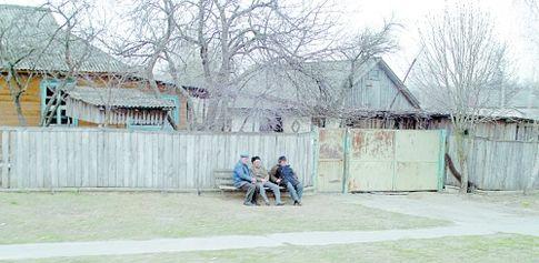 Старики на скамейке. Типичная картина в вымирающих украинских селах