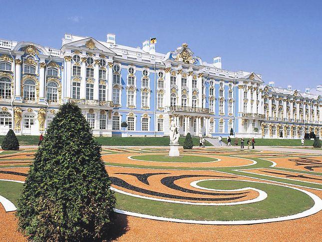 Царское село. Екатерининский дворец был построен в эпоху расцвета крепостнического строя