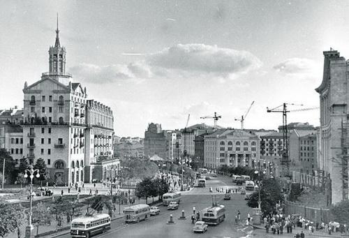 Крещатик, начало 50-х. Задуман при Сталине. Достроен при Хрущеве. А пользуемся сегодня...