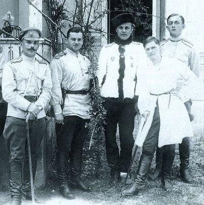 Штаб Слащева. Генерал — в центре. Рядом — любовница с костылем