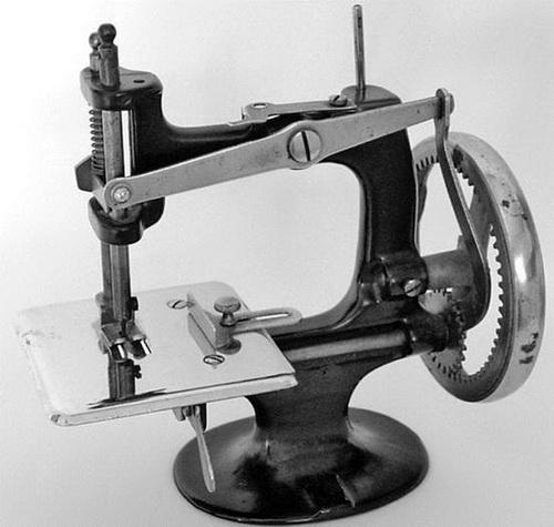 Строчит, как пулемет. Одна из первых швейных машинок — ручная