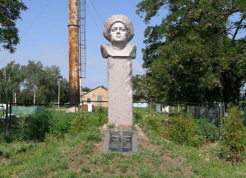 Памятник атаману Зеленому в Триполье. Охотник на комиссаров похож на себя живого только шапкой