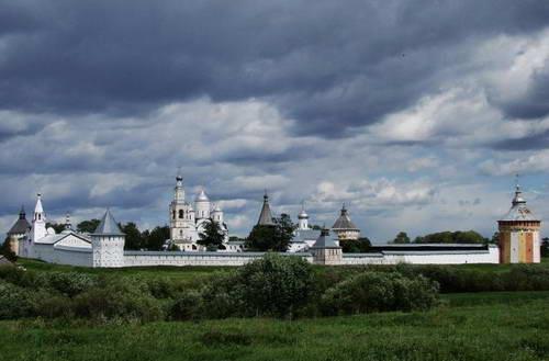 Спасо-Прилуцкий монастырь под Вологдой. Здесь запорожцы «многих посекли и в церкви Божия милосердия образы ободрали, и казну монастырскую без остатка поимали»