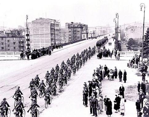 """Осень 1939 г. Победоносный немецкий """"велопробег"""" по взятой Варшаве"""