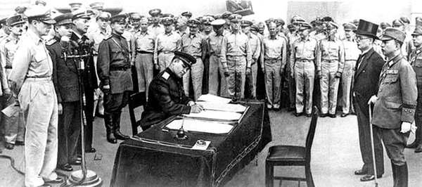 Деревянко ставит свою подпись под актом о капитуляции Японии