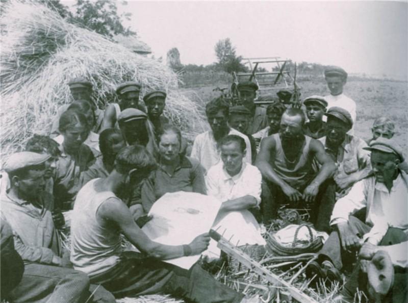 Колхозники читают газету. Полтавщина (1937)