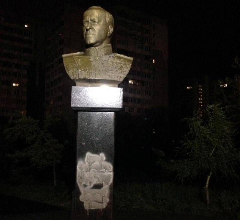 aktivisti_maydanovtsi_zamazali_kraskoy_postament_pamyatnika_marshalu_jukovu_1661.jpg