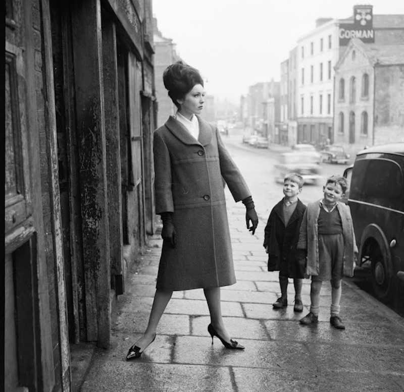 american-model-linda-ward--oreilly--posing--while-two-local-boys-give-her-outfit-the-once-over--dublin--ca.jpg