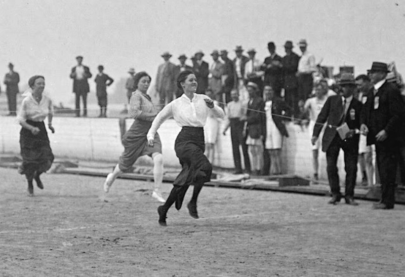 womens-foot-race--police-sports-day--vancouver--1915.jpg