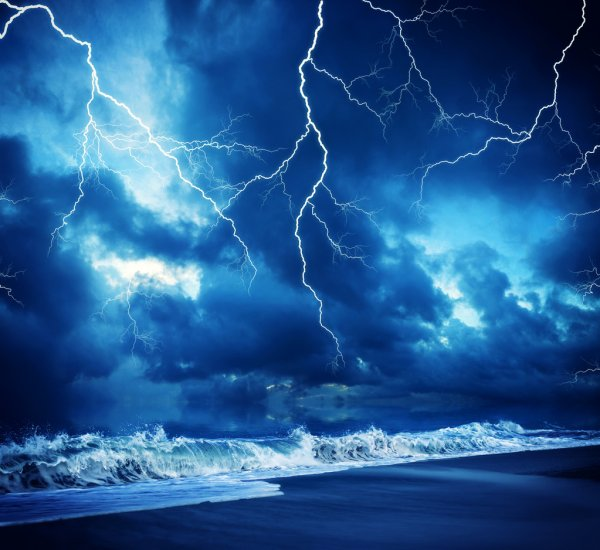 depositphotos_43872339-stock-photo-lightning-flashes-across-the-beach.jpg