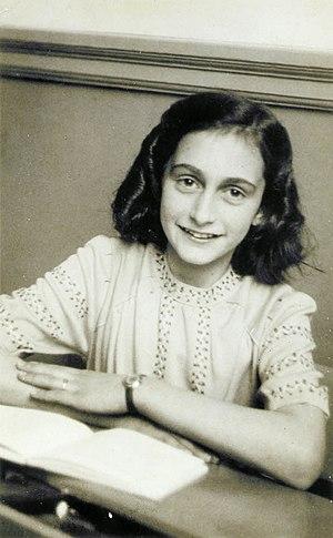 300px-Anne_Frank_lacht_naar_de_schoolfotograaf.jpg